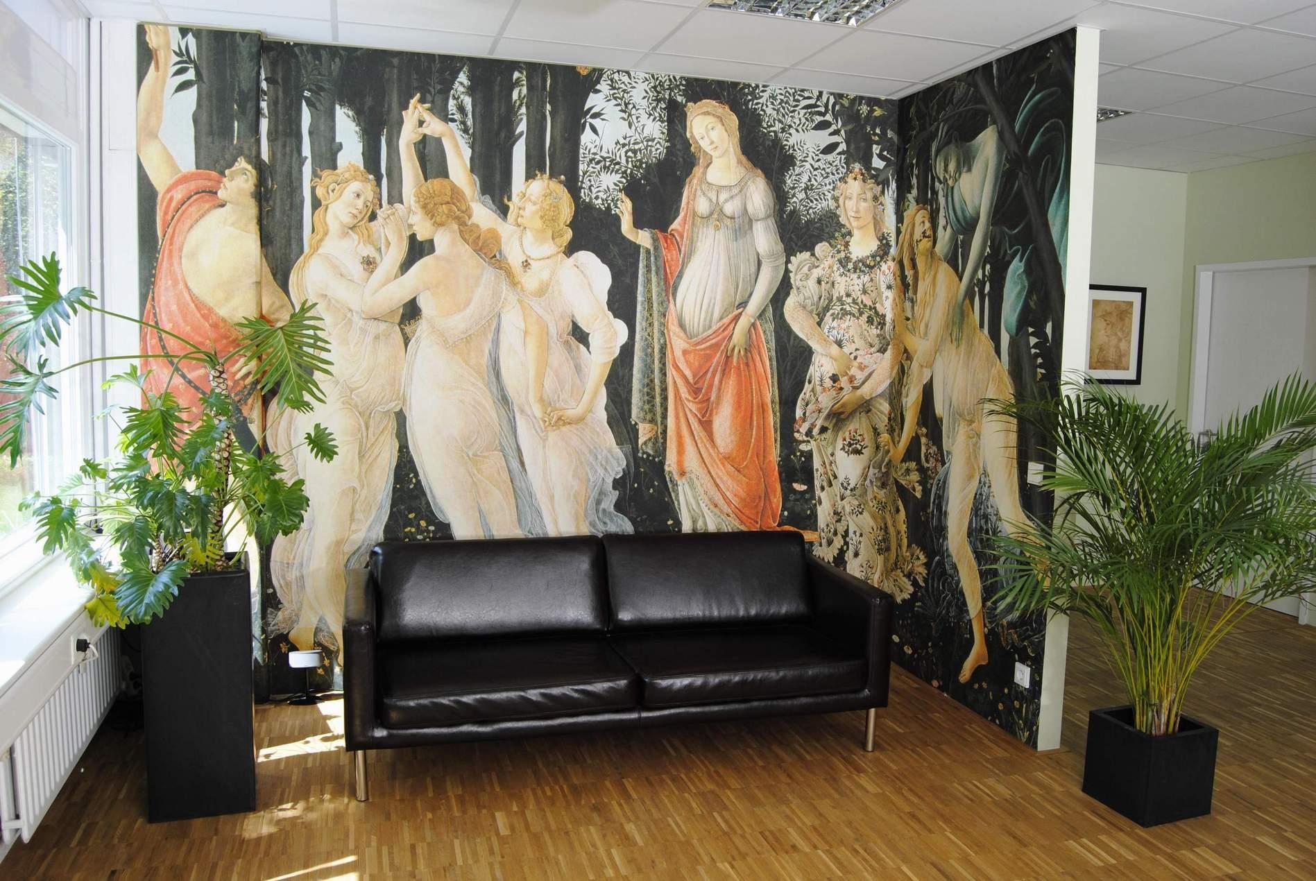 Красивая фреска в гостиной