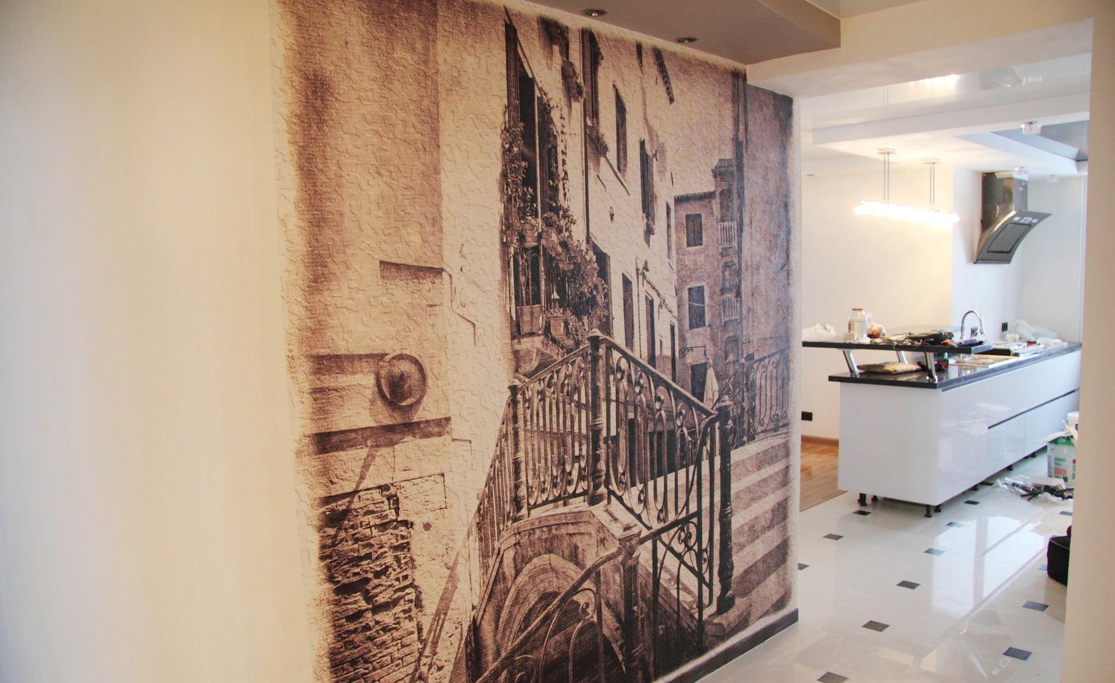 Фреска с изображением города в коридоре