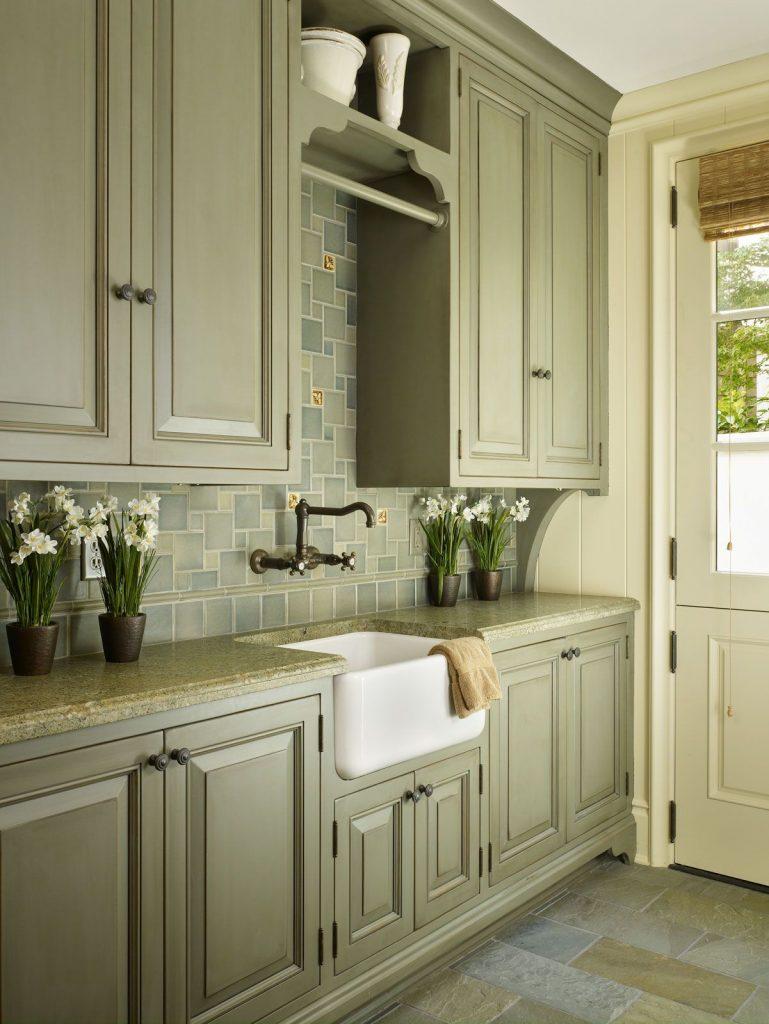 Оливковый гарнитур в интерьере кухни