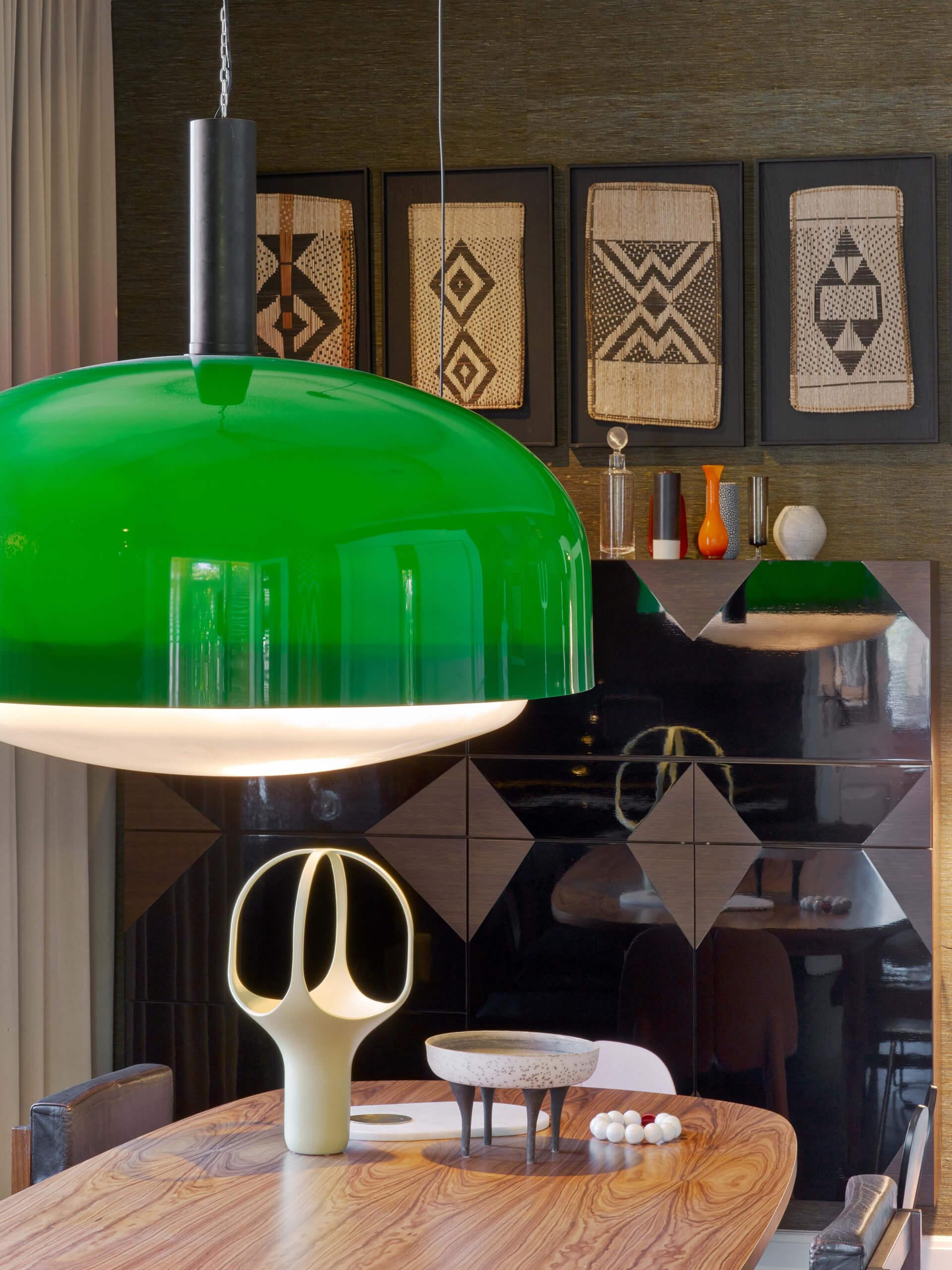 Глянцевая мебель в двухуровневой квартире
