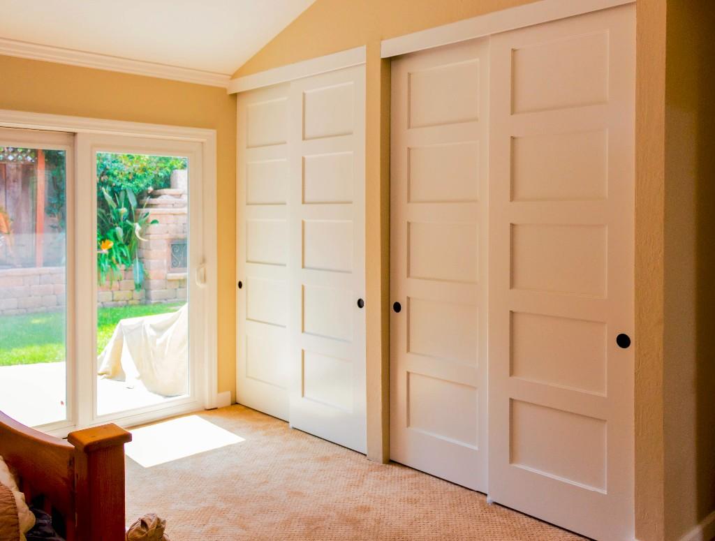 Встроенный шкаф купе с глухими дверями