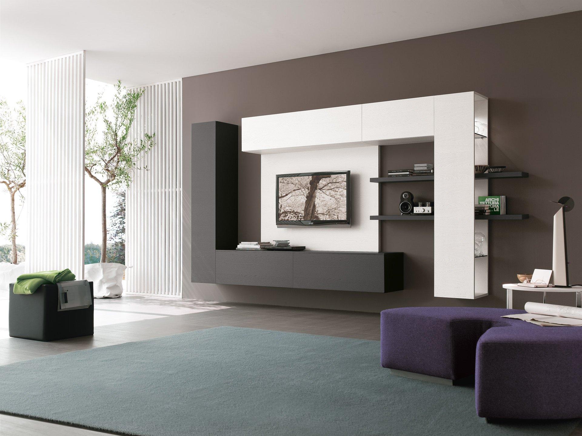 Черно-белые полки в гостиной в стиле минимализм с большими окнами
