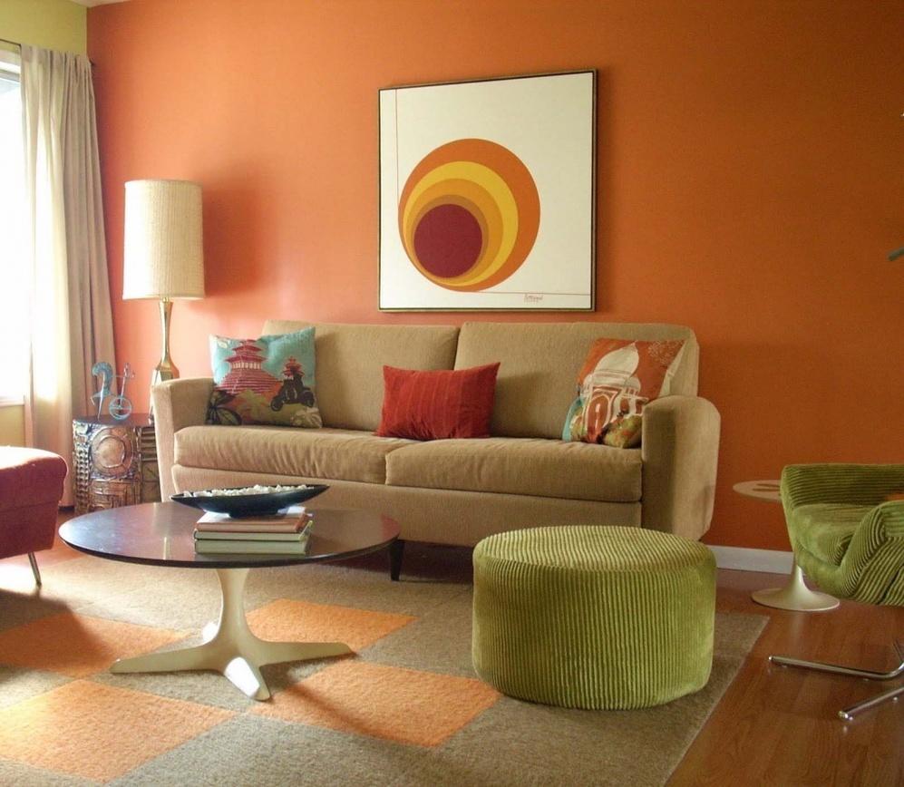 Зеленые акценты в оранжевой гостиной