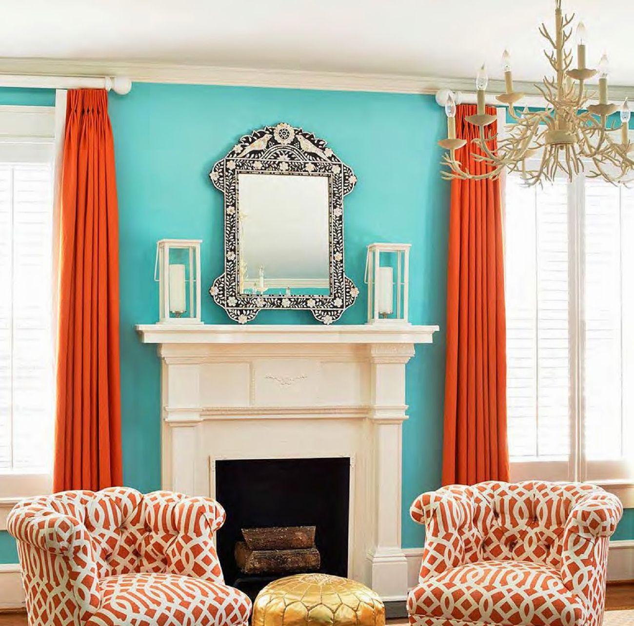 Красивое сочетание бирюзового и оранжевого цветов в гостиной