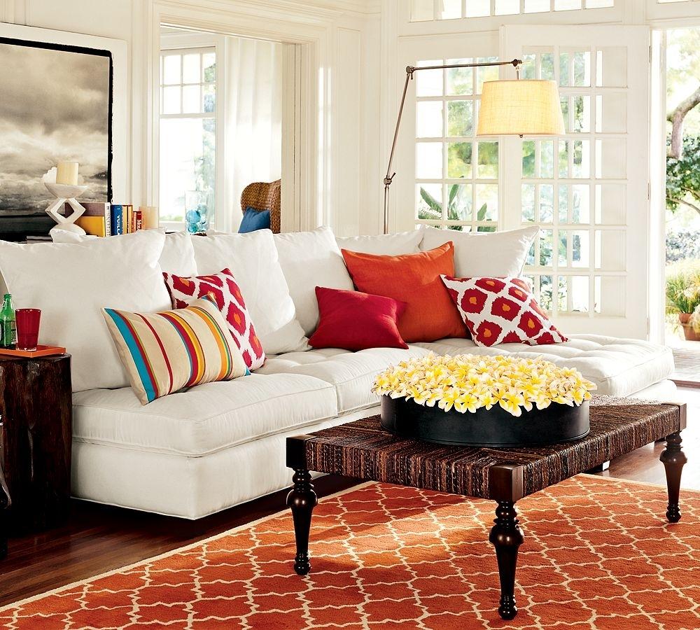 Оранжевые акценты в светлой гостиной