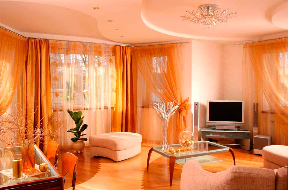 Оранжево-белая гостиная с красивыми шторами