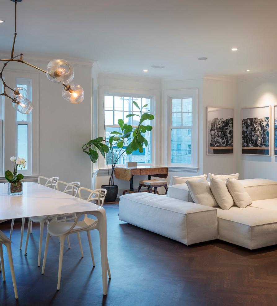 Необычная люстра и встроенные светильники в совмещенной гостиной