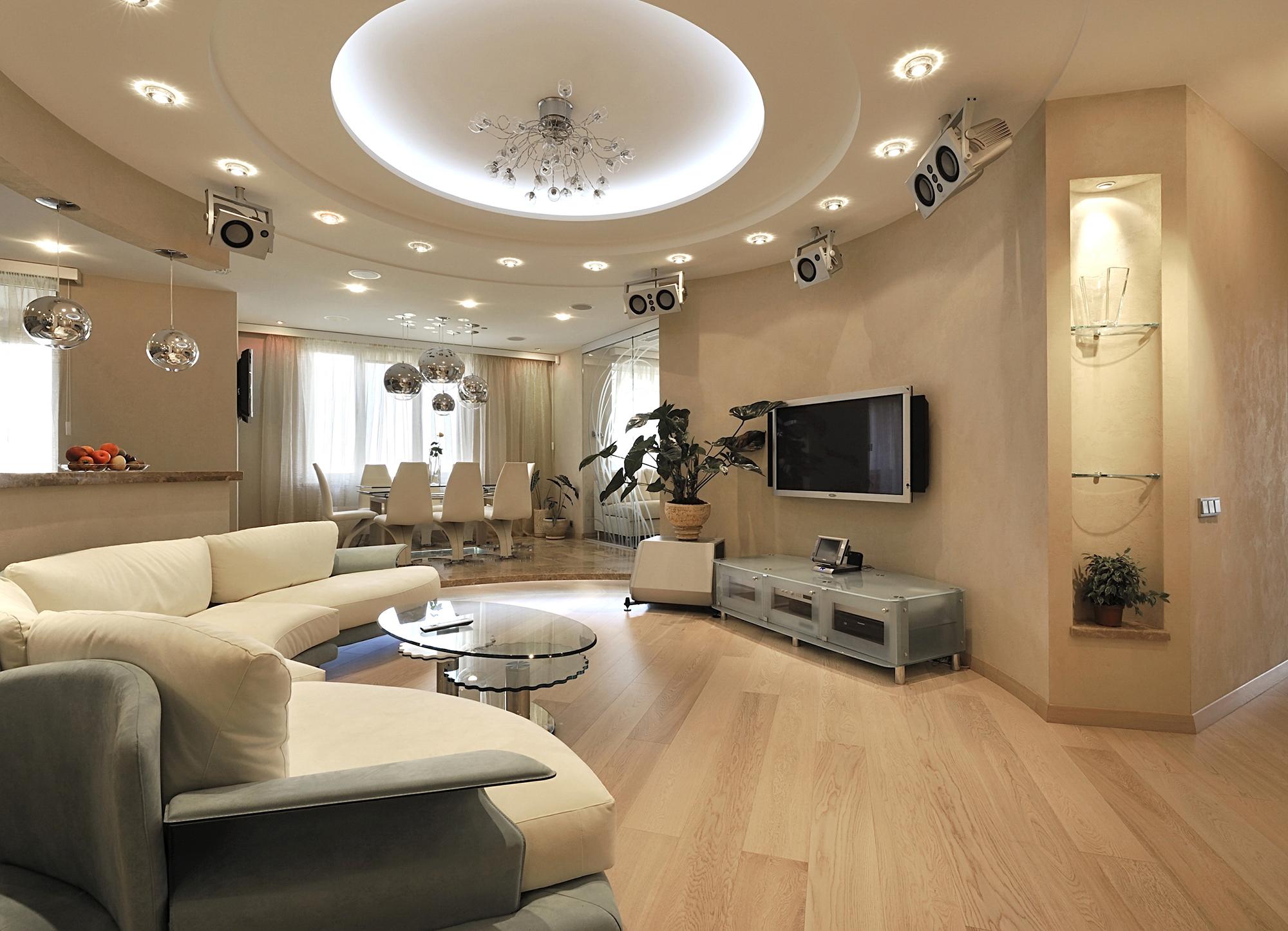Многоуровневое освещение большой гостиной