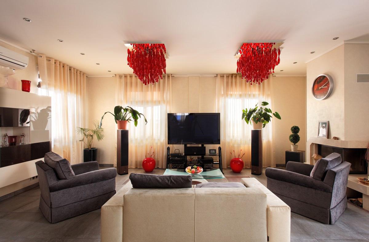 Яркие красные люстры в гостиной