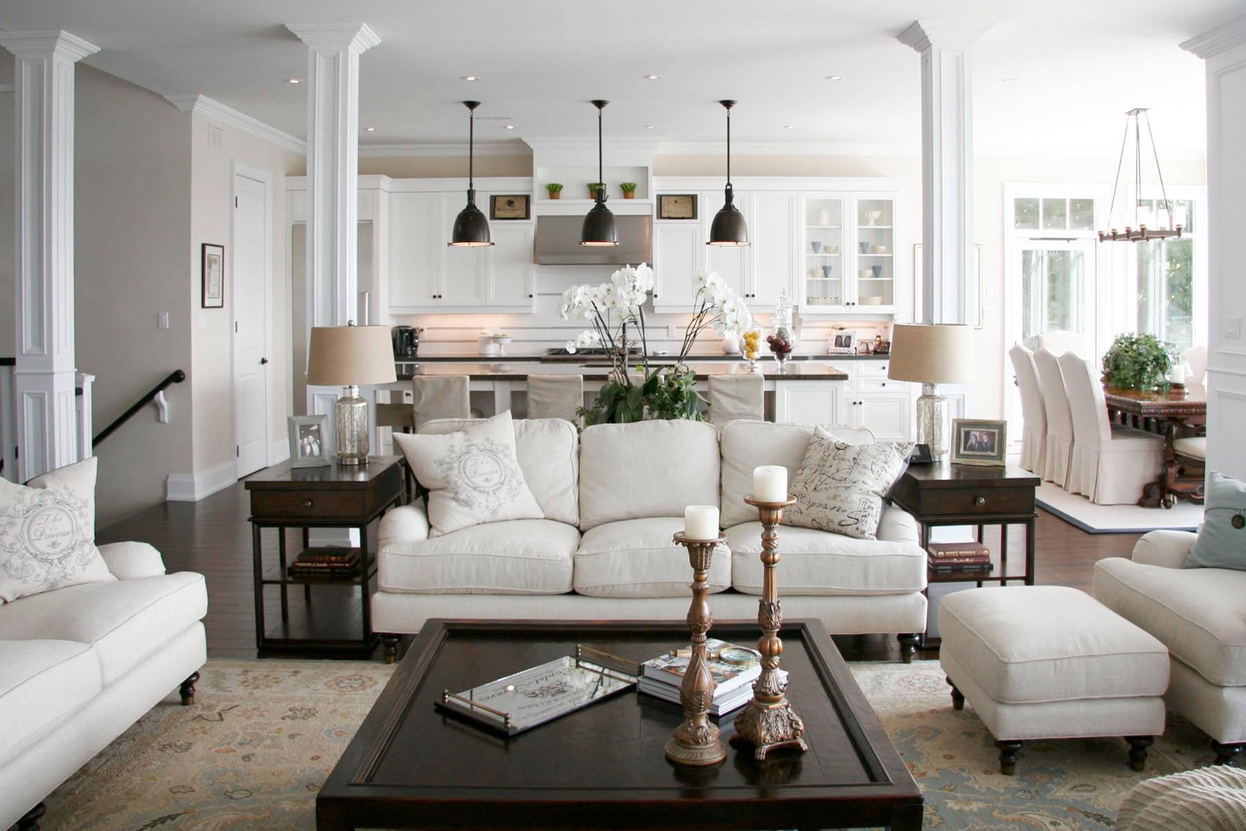 Светлая совмещенная гостиная с разным освещением