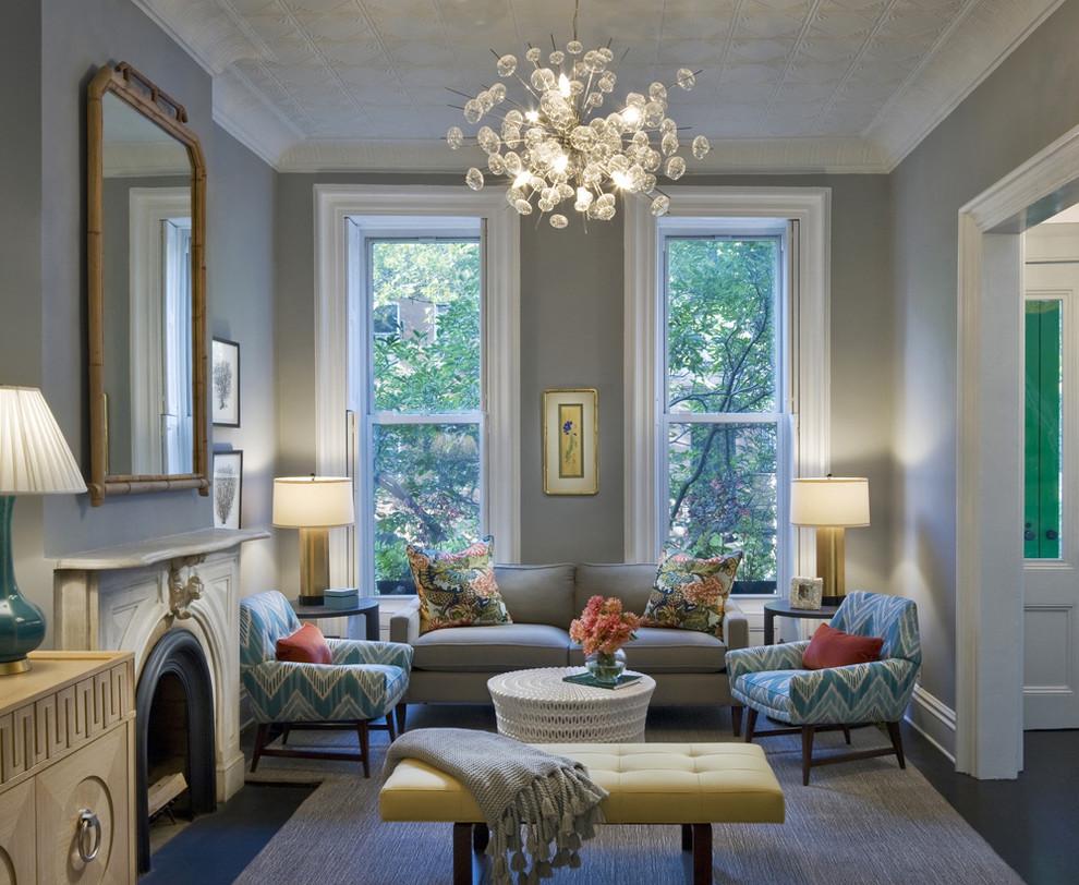 Необычная люстра со стеклом, и другие лампы в гостиной
