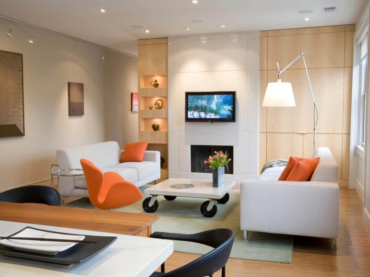 Торшер, точечное освещение и подсветка полок в интерьере гостиной