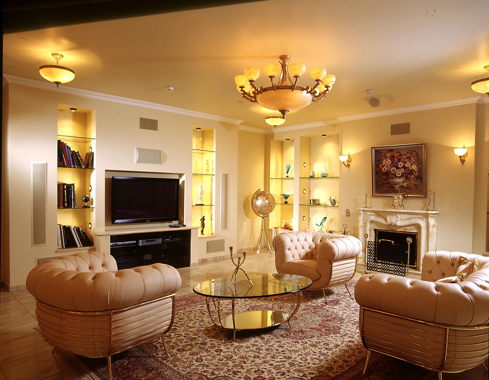 Классические люстры, настенные бра и подсветка полок в гостиной