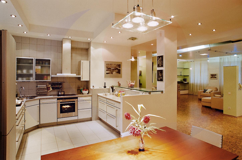 Красивое освещение гостиной и кухни