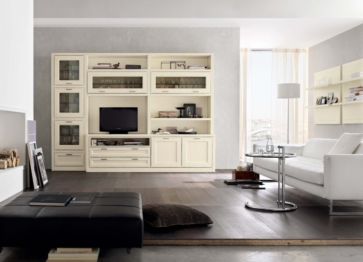 Белый, кремовый и коричневый цвета в интерьере современной гостиной