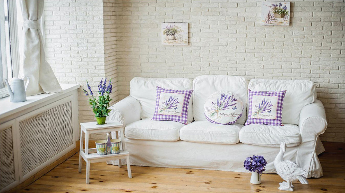 Белая мебель в гостиной в стиле прованс