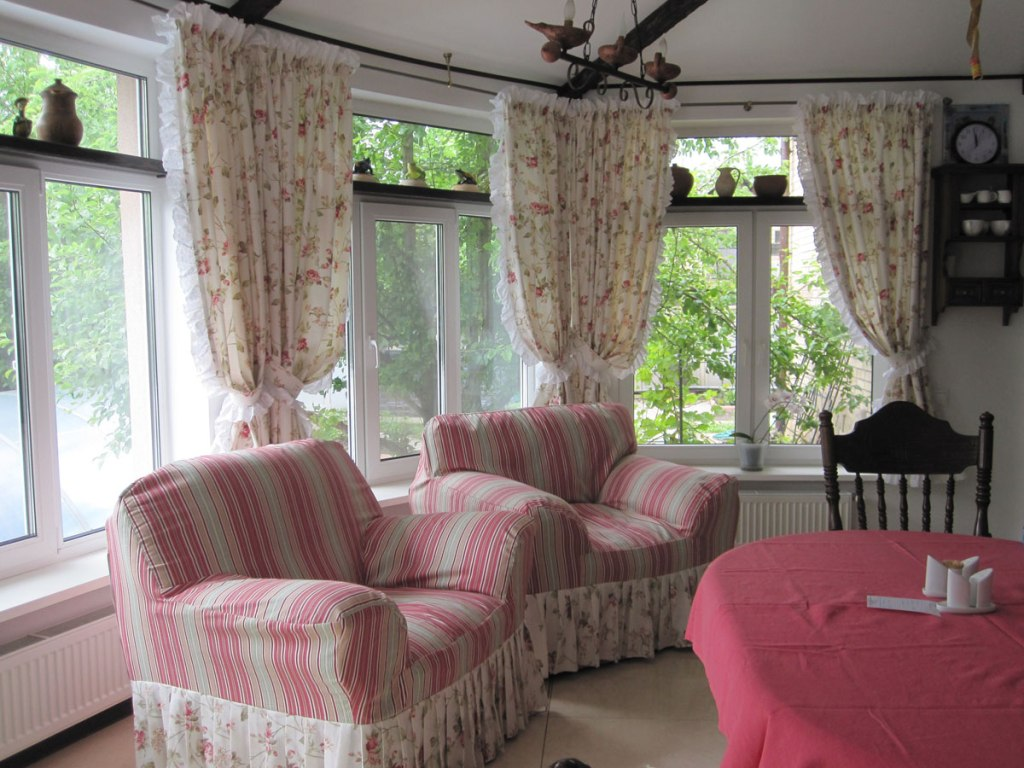 Уютная гостиная в стиле прованс на даче