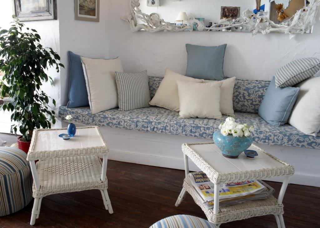 Бело-голубая гостиная в стиле прованс