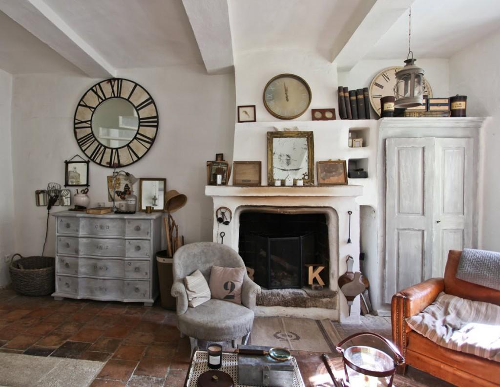Гостиная с белыми стенами и балками в стиле прованс