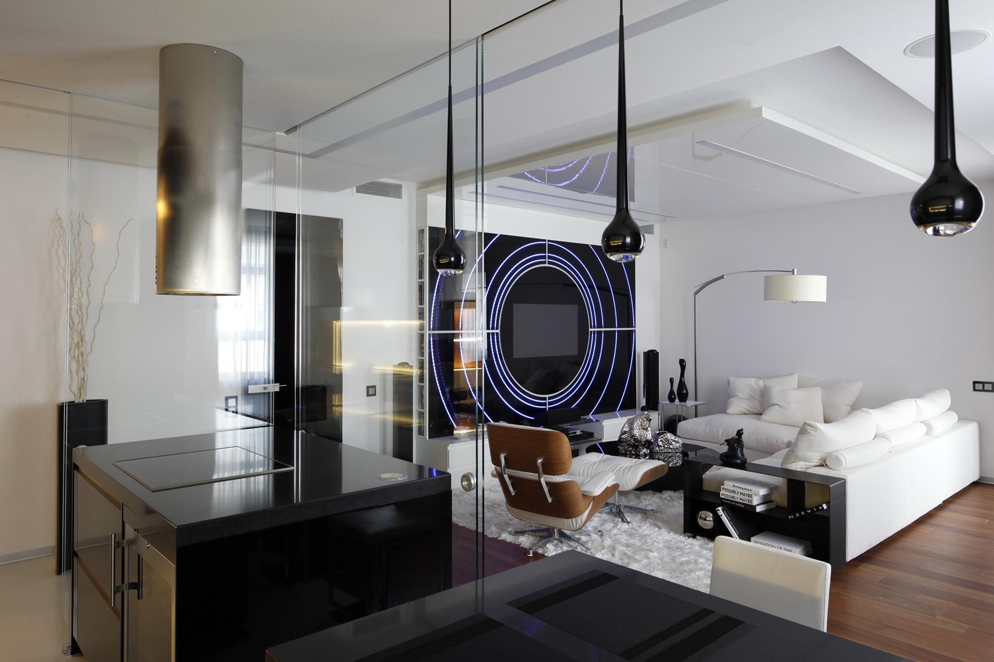 Разное освещение в гостиной в стиле хай-тек