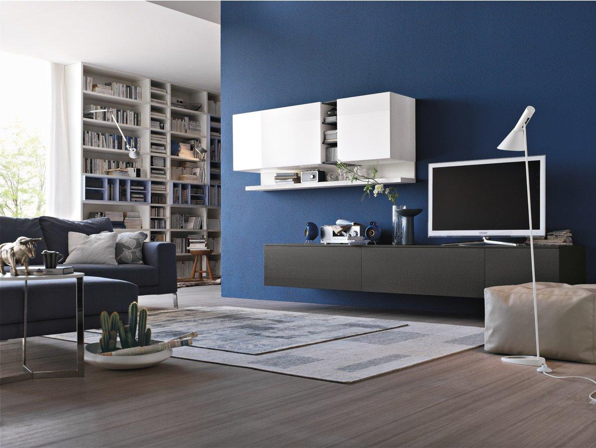 Синяя и белая стены в гостиной в стиле хай-тек
