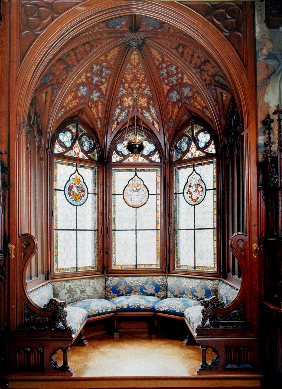 Витражи и купольный потолок в готическом стиле