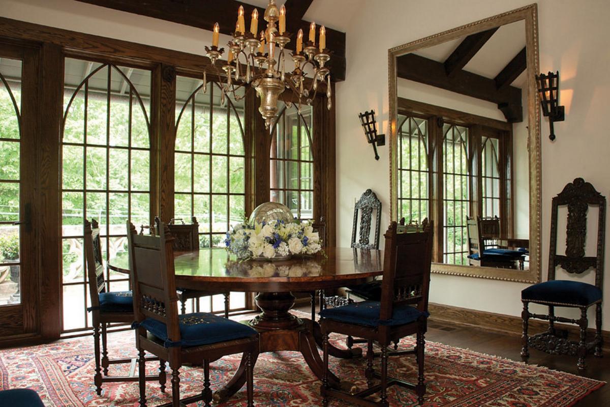 Столовая с большим зеркалом в готическом стиле