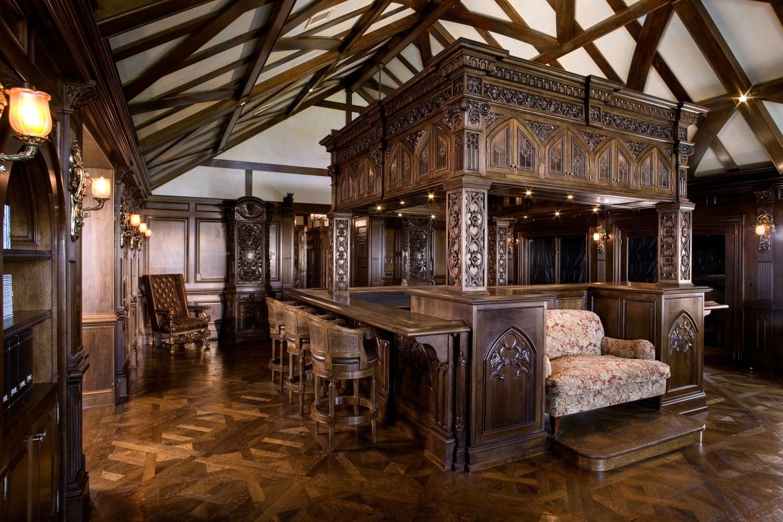 Необычный интерьер с обилием дерева в готическом стиле