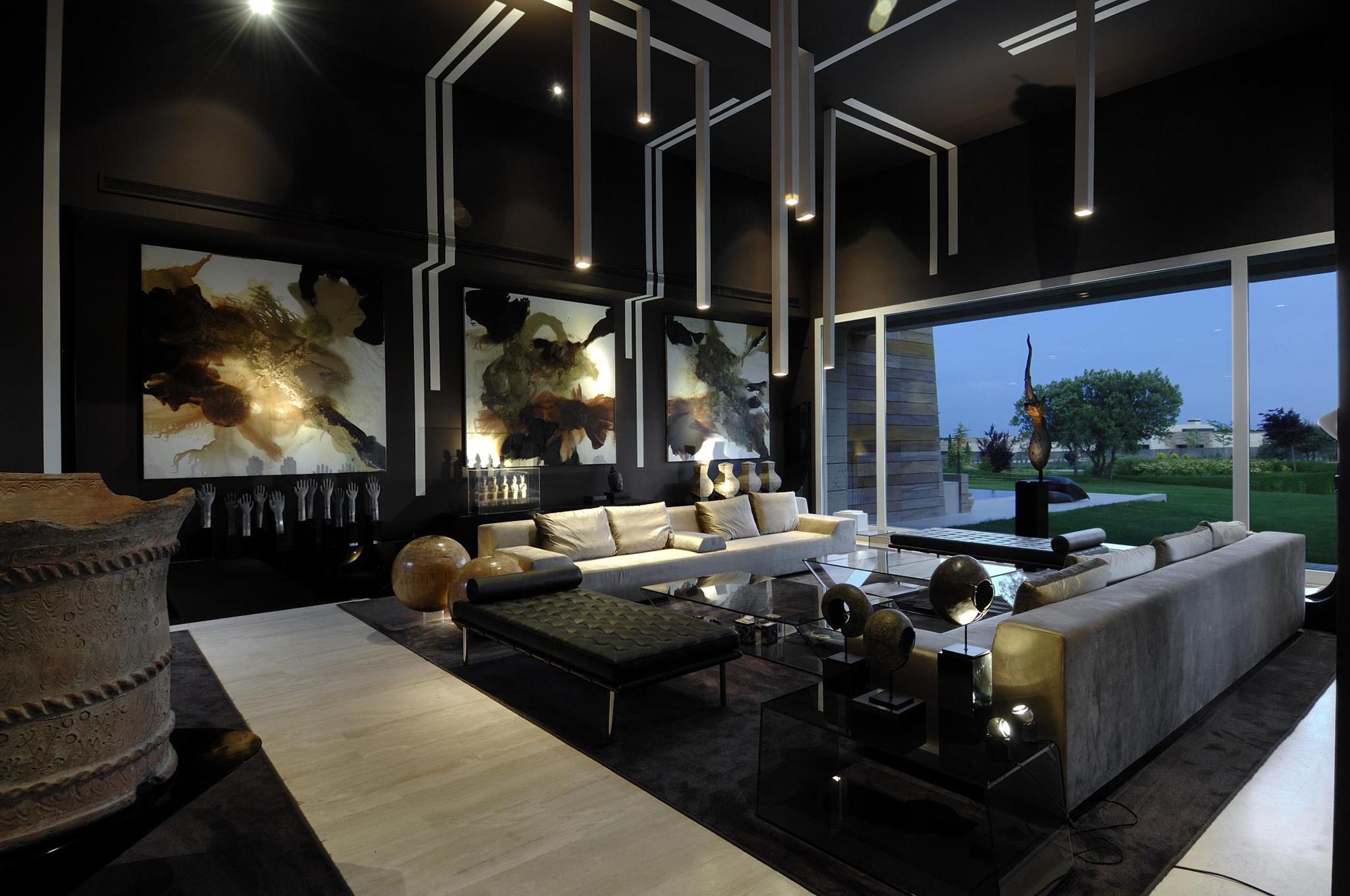 Большая современная гостиная в готическом стиле