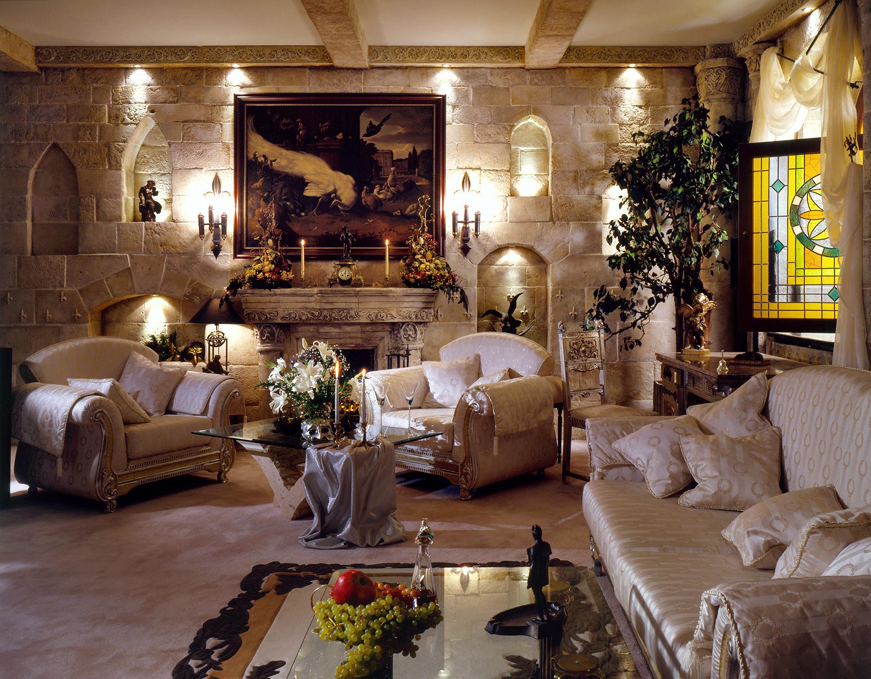 Светлая гостиная в готическом стиле