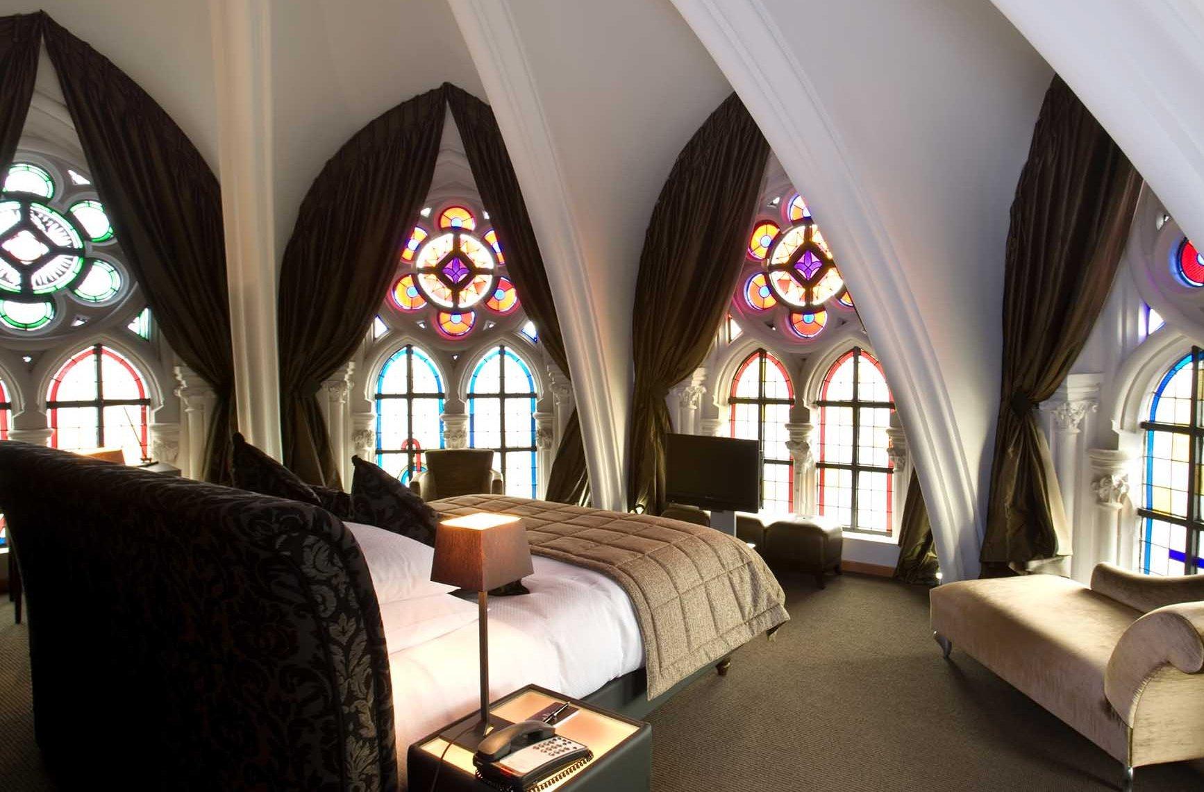 Спальня с витражными окнами в готическом стиле
