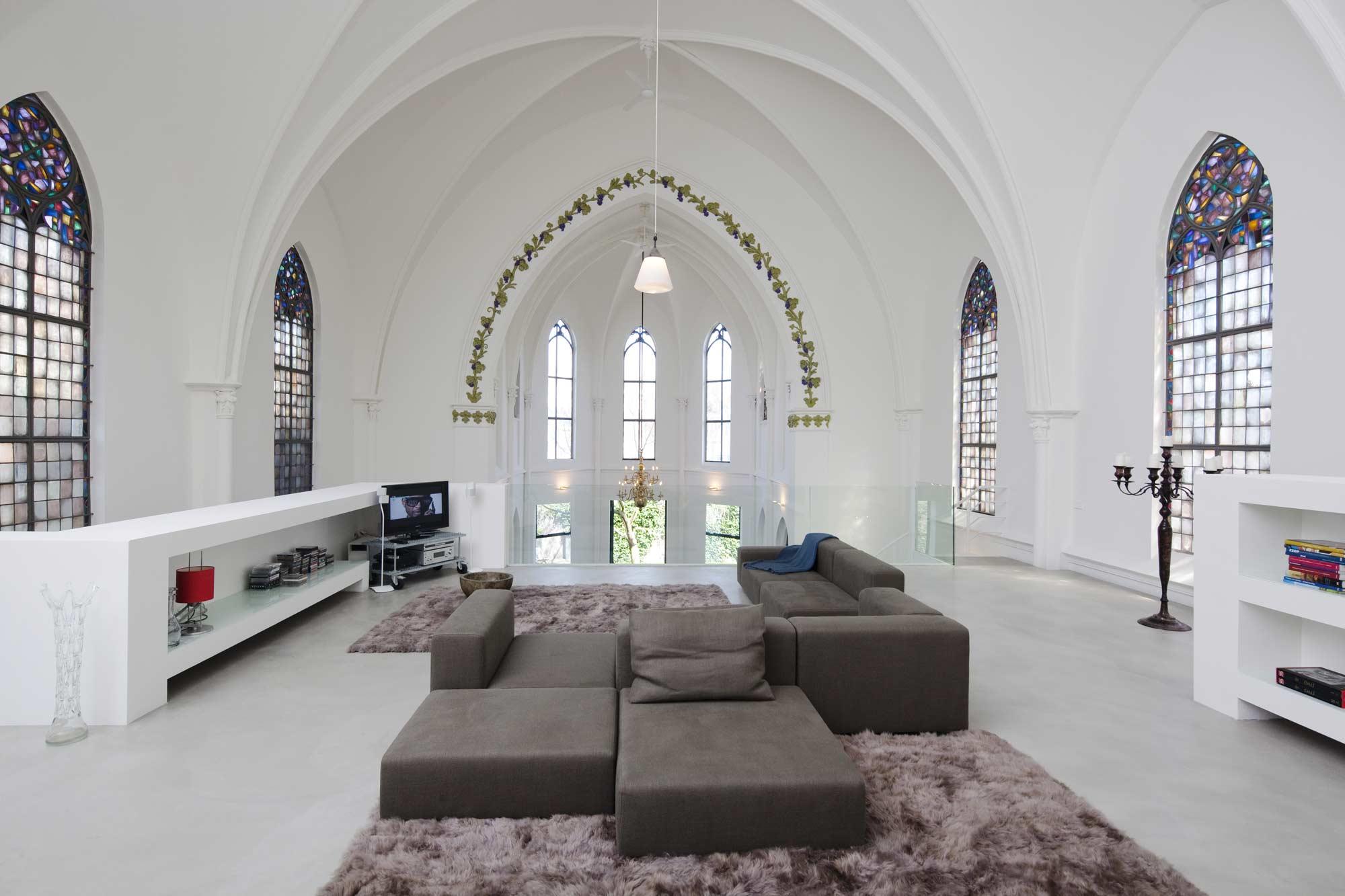 Светлая гостиная с белыми стенами в готическом стиле