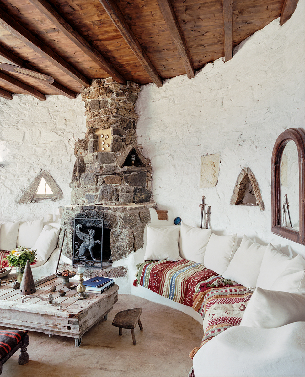 Гостиная с полукруглым диваном и деревянным потолком в греческом стиле