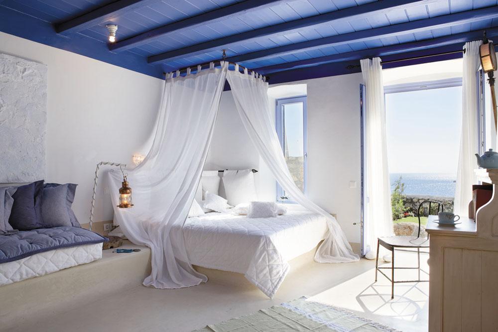 Бело-синяя спальня в греческом стиле