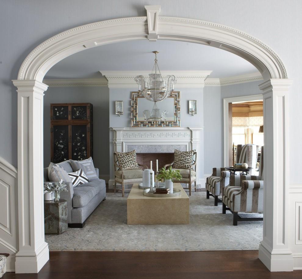 Красивая гостиная с камином в греческом стиле