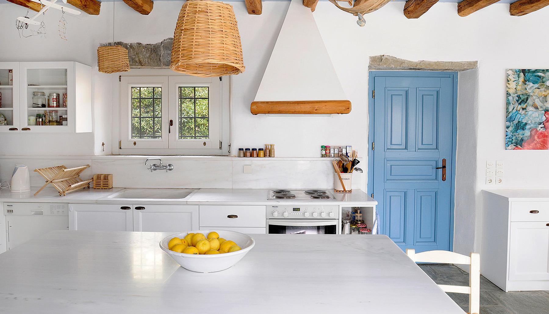 Просторная кухня в греческом стиле