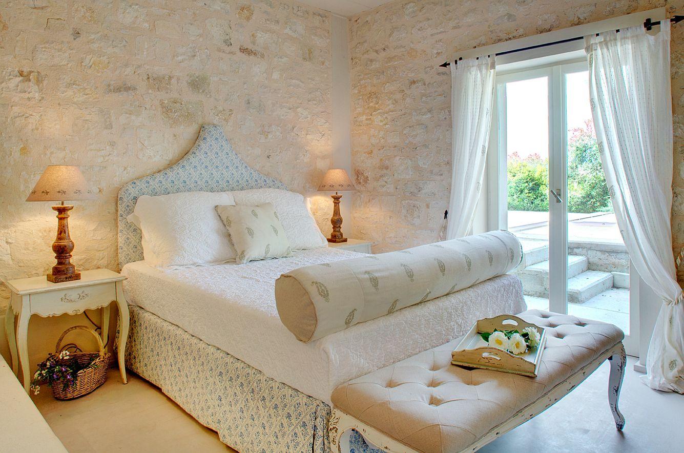 Бежево-белая спальня в греческом стиле