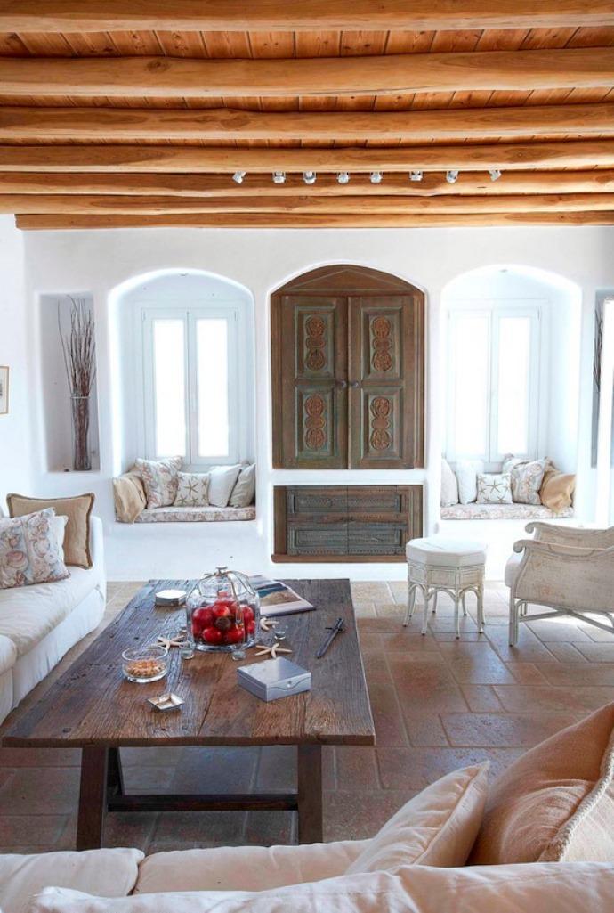 Бело-коричневая гостиная в греческом стиле