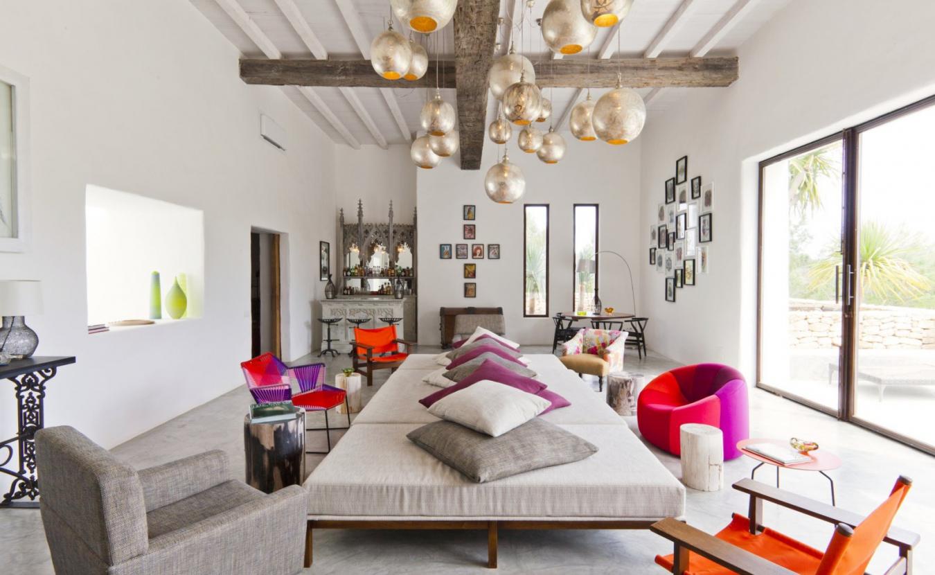 Светлая гостиная в индийском стиле