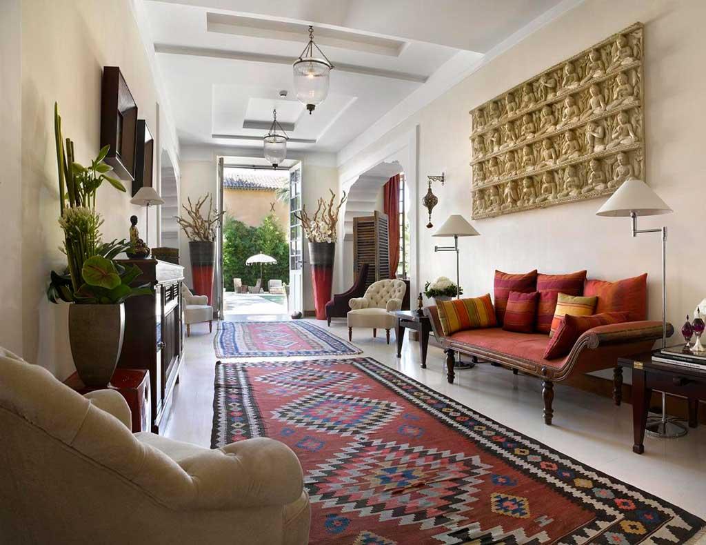Светлая прямоугольная гостиная в индийском стиле