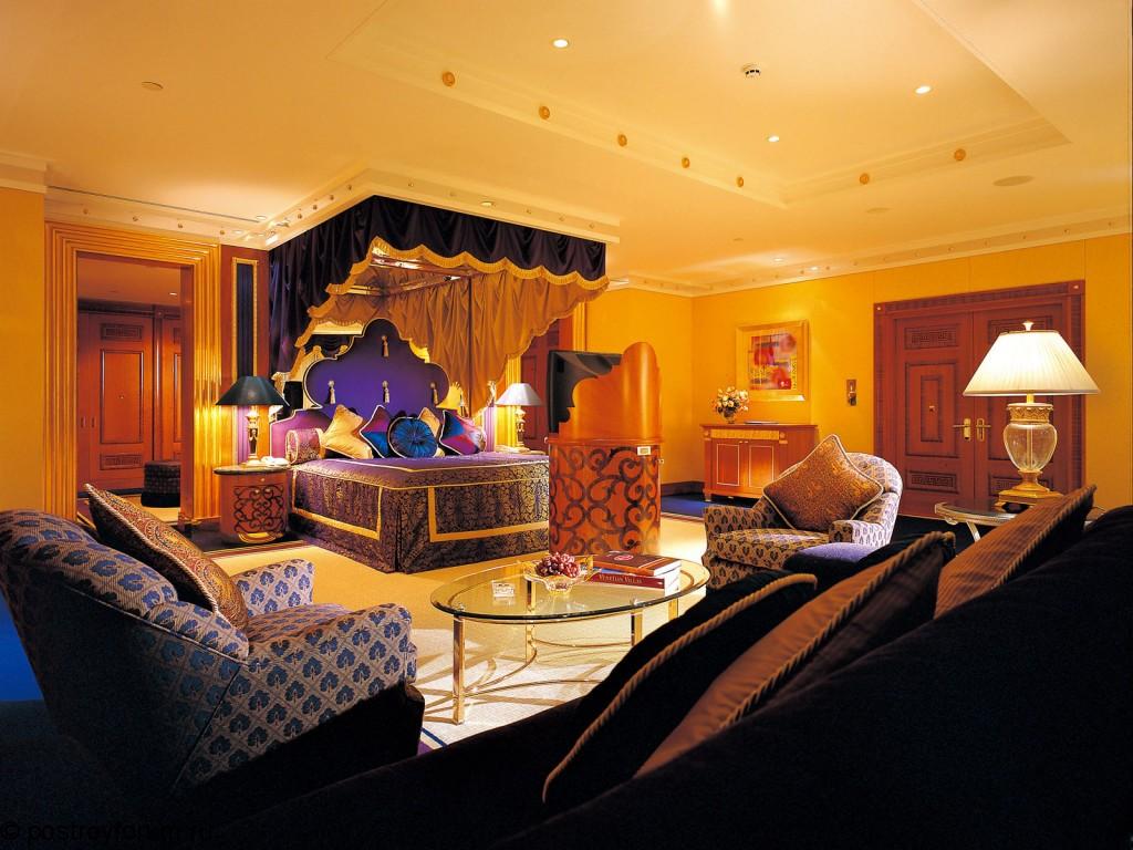 Большая спальня с балдахином в индийском стиле