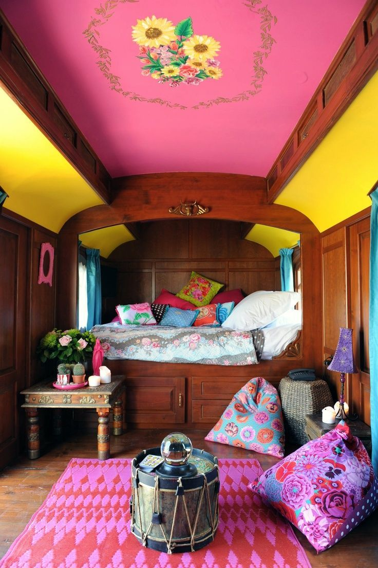 Яркая отделка в спальне в индийском стиле