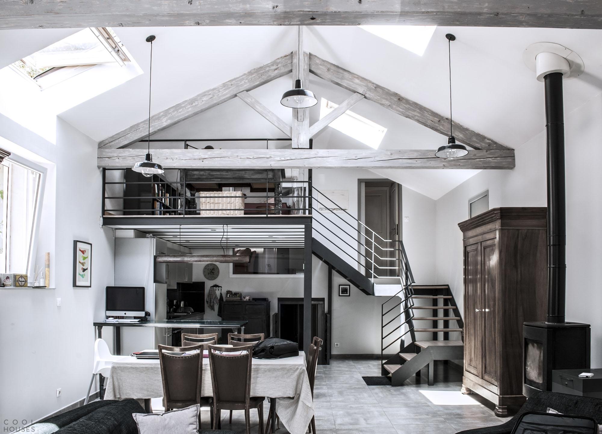 Черно-белый интерьер дома в стиле лофт