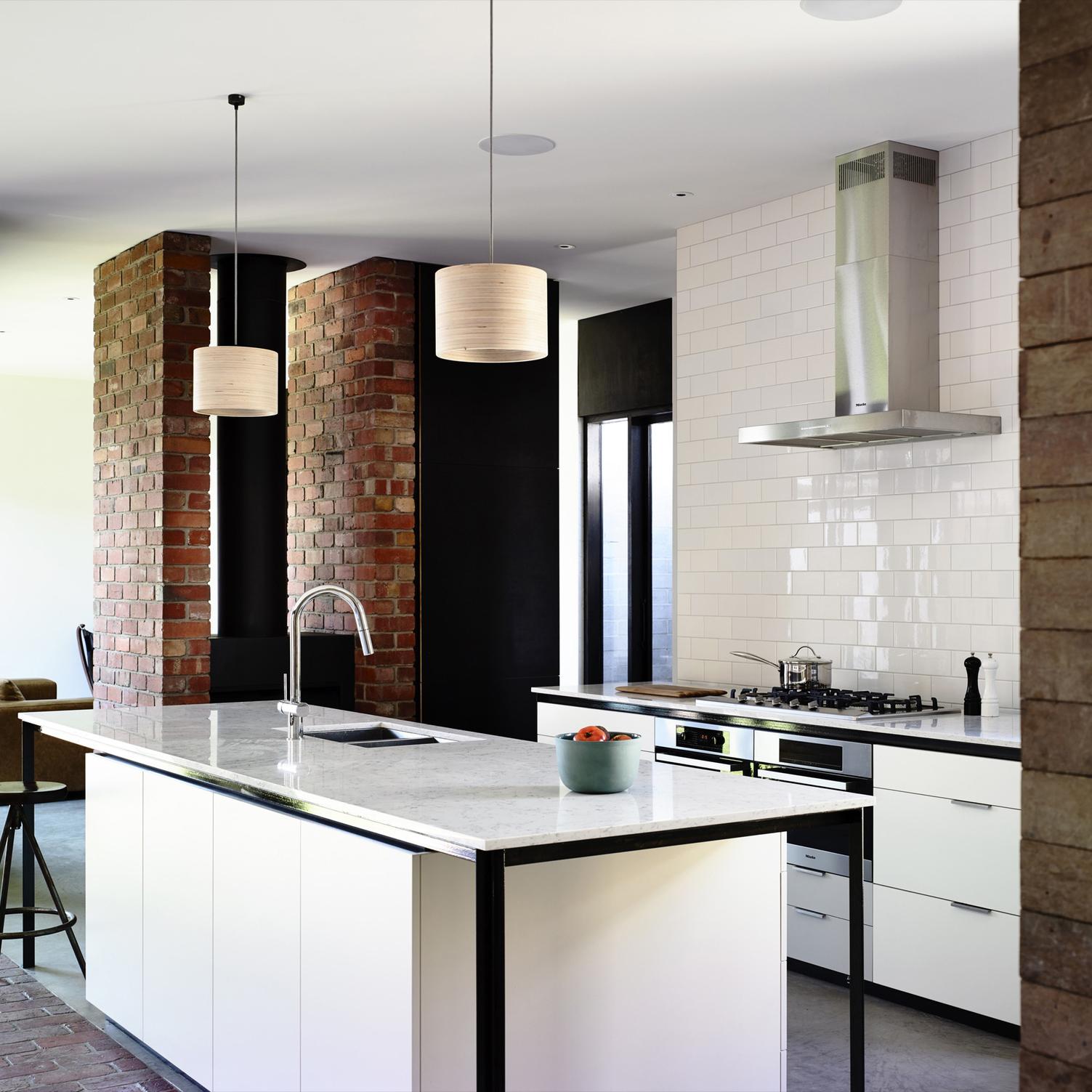 Светлая кухня в индустриальном стиле