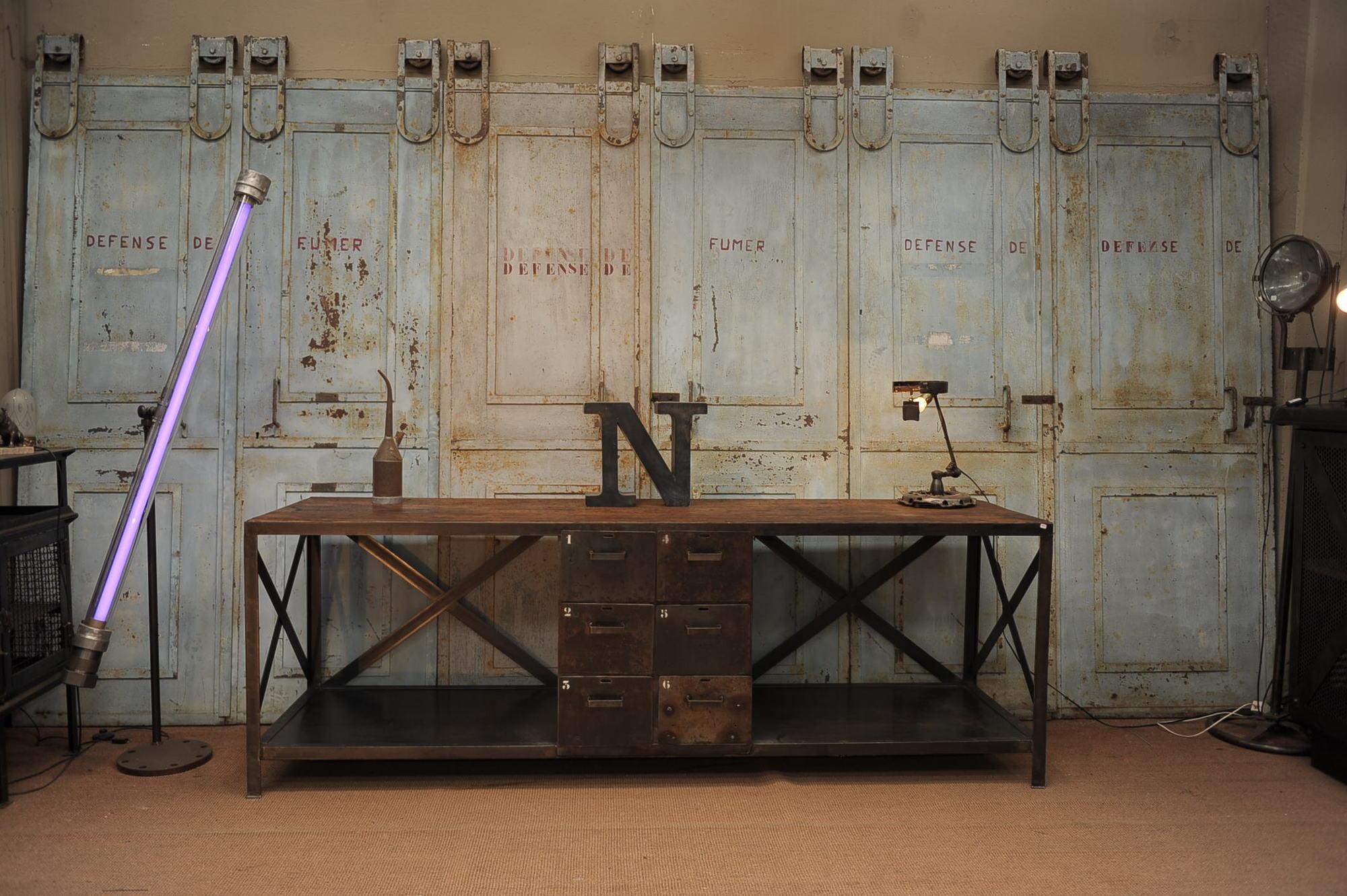 Необычный стол в индустриальном стиле