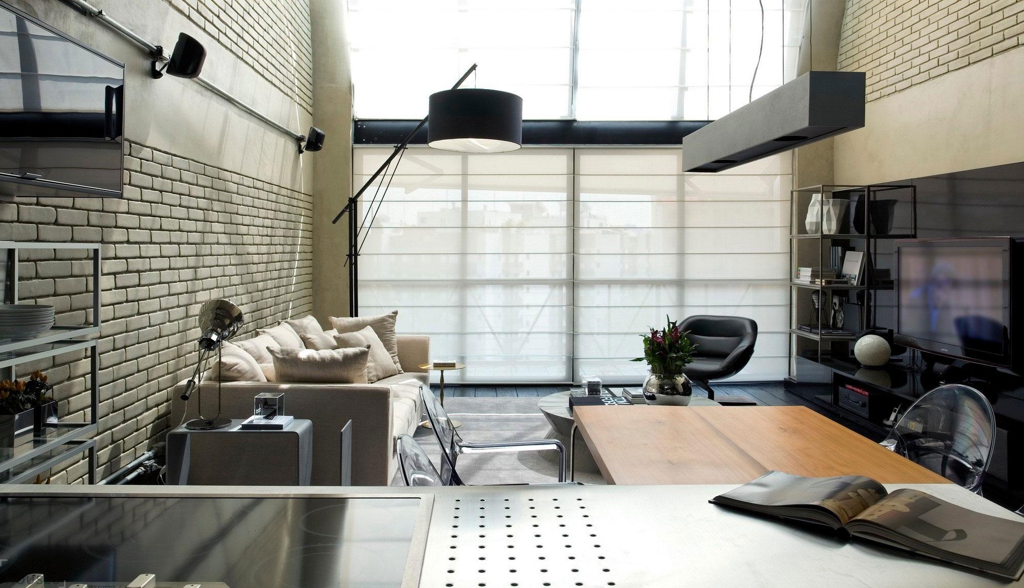 Небольшая гостиная с бежевыми стенами в индустриальном стиле