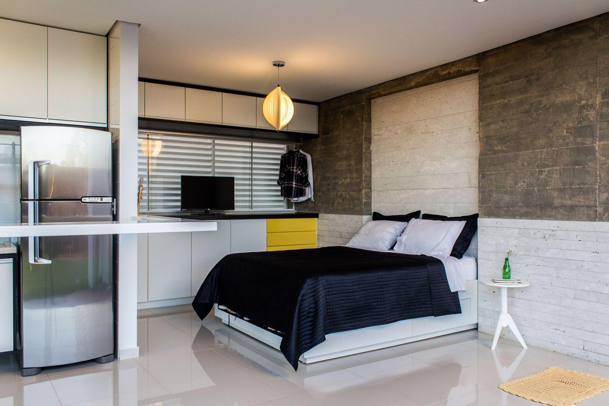 Спальная зона в квартире-студии в стиле лофт