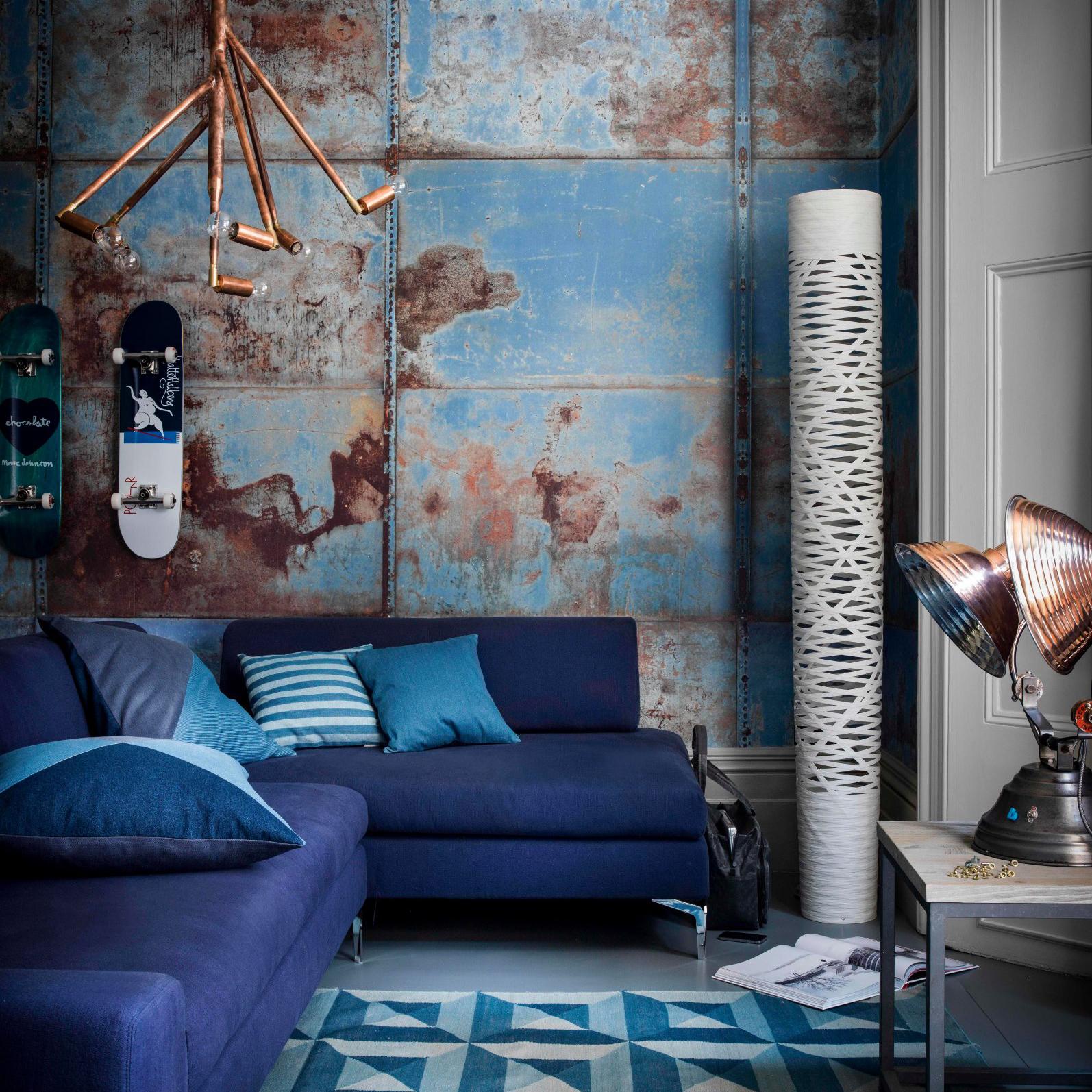 Индустриальный интерьер гостиной в синих тонах