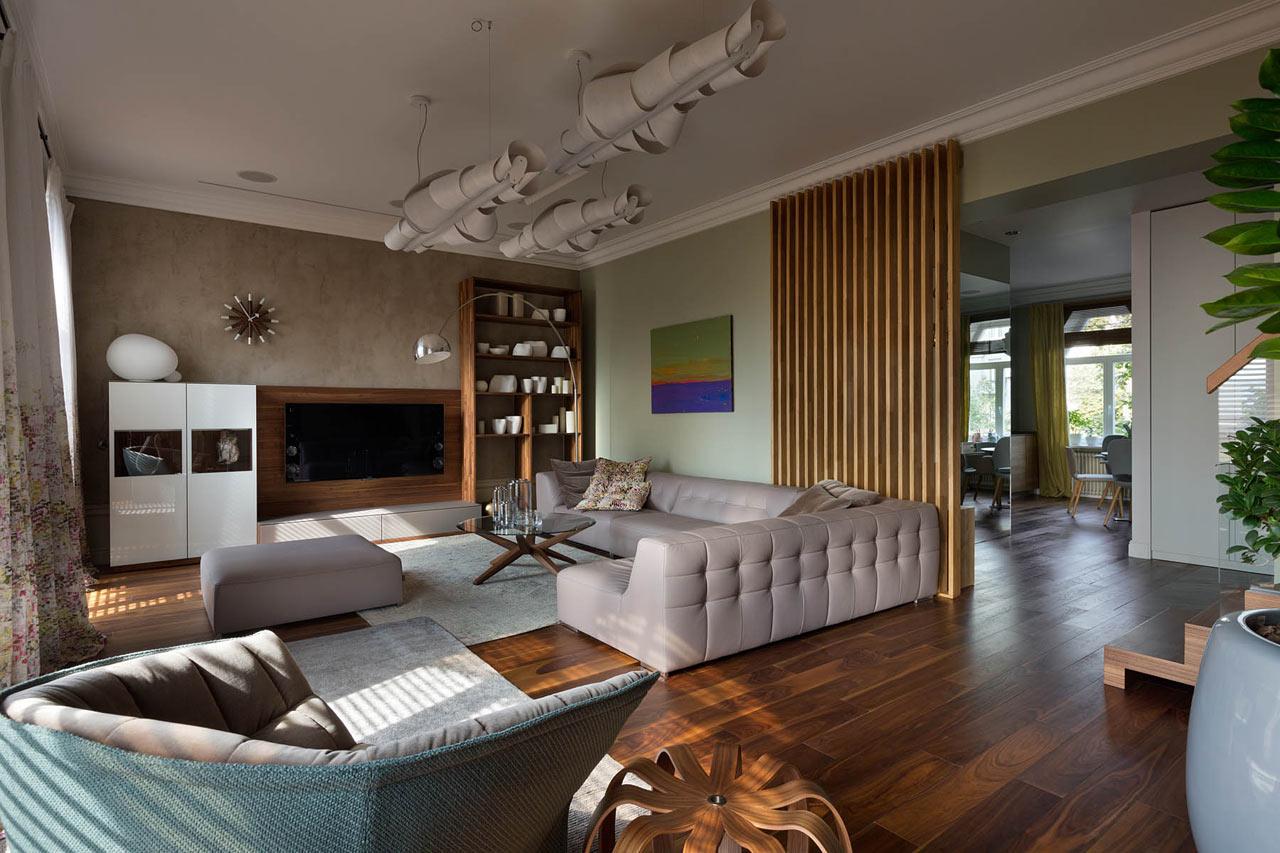 Гостиная на первом этаже в двухуровневой квартире в эко-стиле