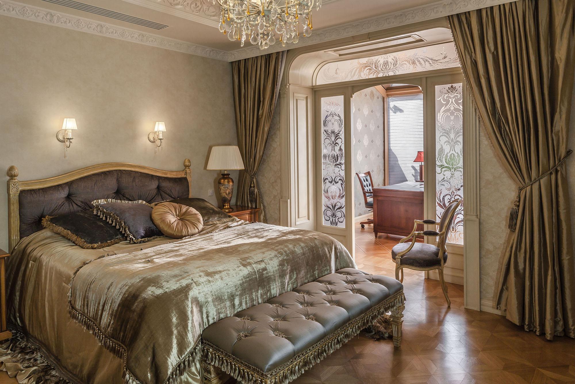 Классическая спальня с кабинетом в двухуровневой квартире